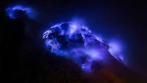 Terjawab, Penampakan Lava Biru Spektakuler Keluar dari Kawah Ijen